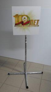 Переносная напольная табличка на стойке
